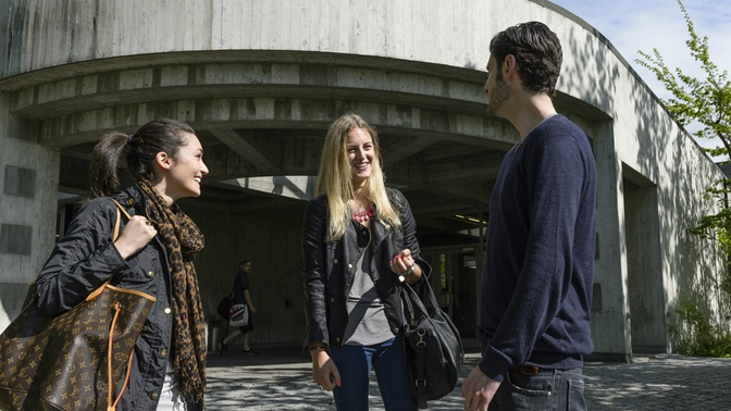 Students in front of the entrance of the Library Building at the University of St.Gallen (HSG)